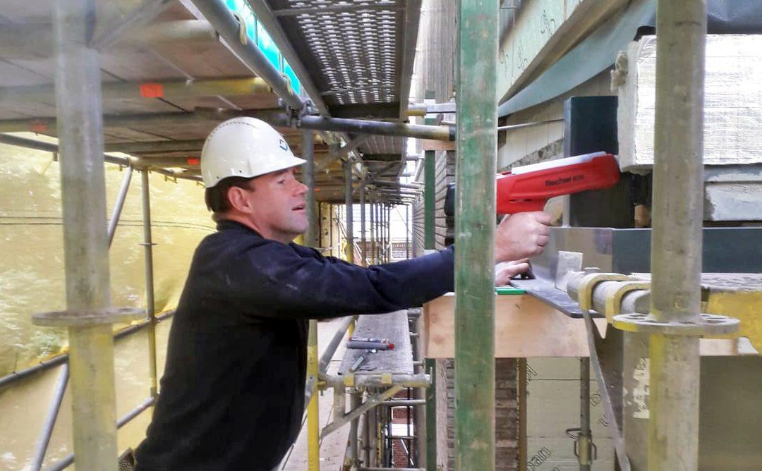 MT werkt mee op de bouwplaats